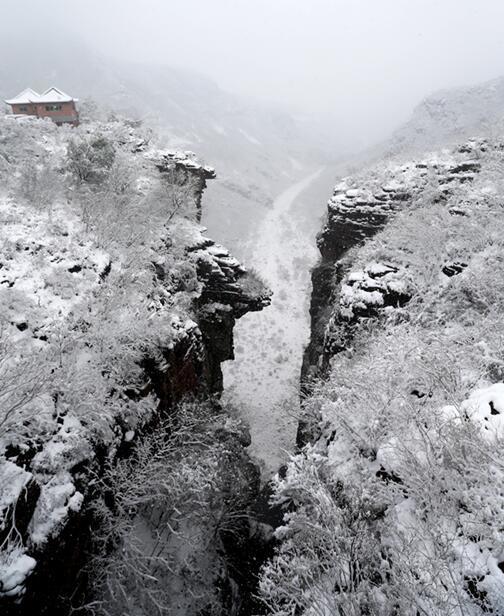 茱萸峰下雪