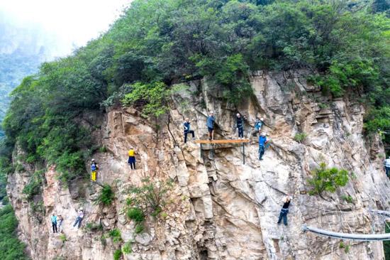 云台山飞拉达攀岩云端廊桥